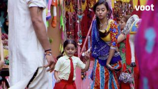 Dhara spots Aarvi in the carnival